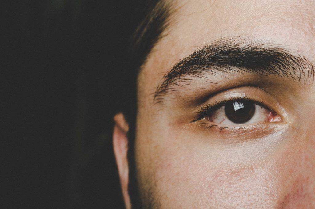 ありがちな失敗をカバー!剃りすぎたメンズ眉毛を目くらましする方法